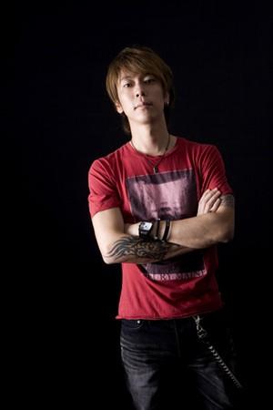赤いTシャツのかっこいい細美武士
